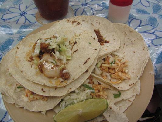 Tacos de Pollo mit Zwiebeln und Limone.