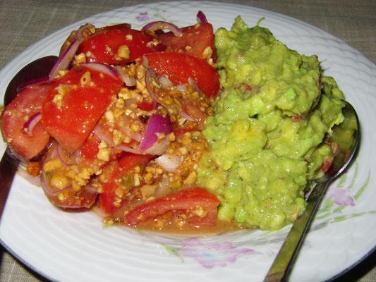 Tomaten-Avocado-Salat mit dieser eigentümlichen Soße.