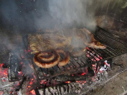Under bestes Sonntägliches Asado. Facundos Vater hat jahrzehntelange Erfahrung mit dem Grillen von Fleisch und das schmeckt man. Best BBQ ever!
