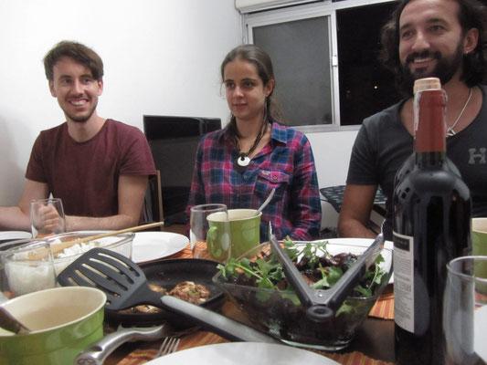 Auf einer Couchsurfing-Party mit unseren Gastgebern (mi; re) und einem Berliner auf der Reise.