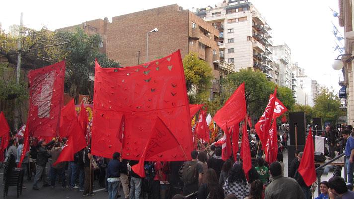 Kommunisten für eine bessere Welt. Oder sind das Fans der südkoreanischen Nationalmannschaft.