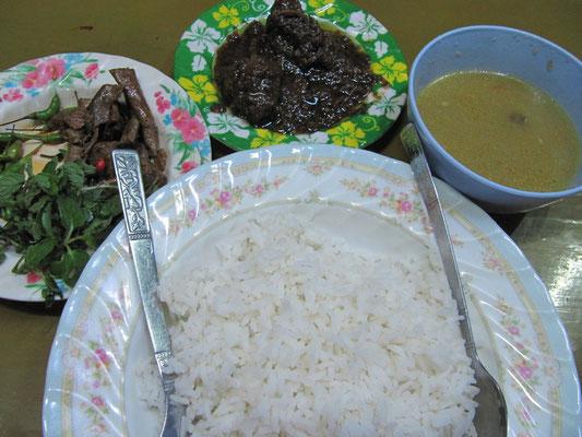 Burmesisches Hammelcurry, Dhal, Kräuter und Reis.