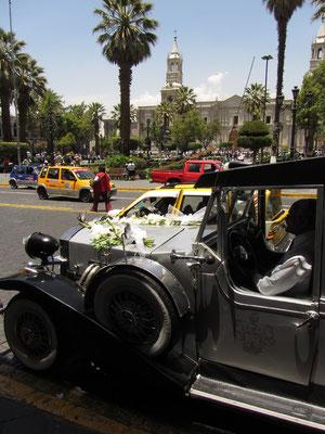 Hochzeitsmobil auf dem Plaza de Armas.