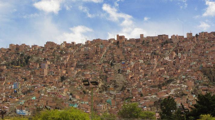 """El Alto (spanisch: """"die Höhe"""") ist eine Stadt in Bolivien und liegt unmittelbar westlich von La Paz, zu dem es bis 1985 als Stadtteil gehörte."""