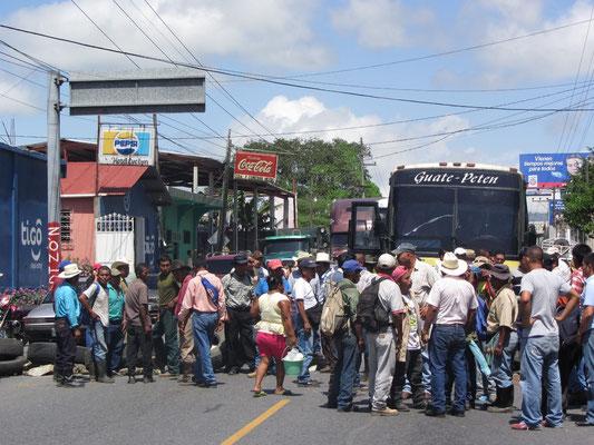 Menschenansammlung vor Straßenblockade. Unsere Anreise nach Copan wurde von dieser Blockade unterbrochen.