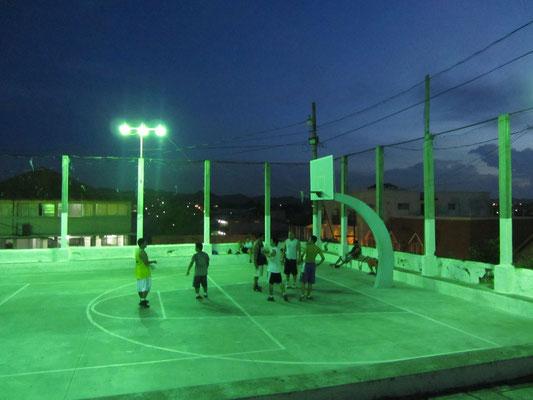 Basketball bei Flutlicht.
