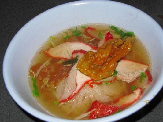 Reisnudelsuppe mit zartem, mariniertem Schweinefleisch & knusprig Frittiertem.