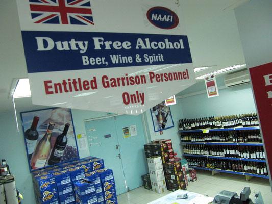 Im britischem Supermarkt darf der Alkohol nicht fehlen. Auch nicht im streng muslimischen Sultanat. Wer einen Ausweis vom Militär hat, darf sich nach Lust und Durst eindecken.