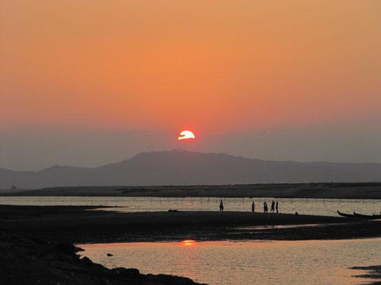 Sonnenuntergang am Irrawaddy. (Nyaung-U)