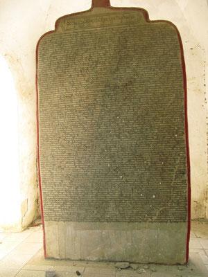 Die Kuthodaw-Pagode besteht aus 729 pavillonartigen Tempeln, in denen je eine weiße Mamorplatte liegt. Auf den Marmorplatten ist der Pali-Kanon niedergelegt, das Lebens und die Lehren Buddhas.