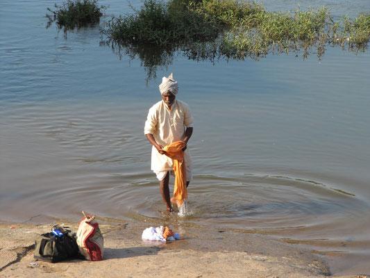Waschung im Tungabhadra-Fluß.