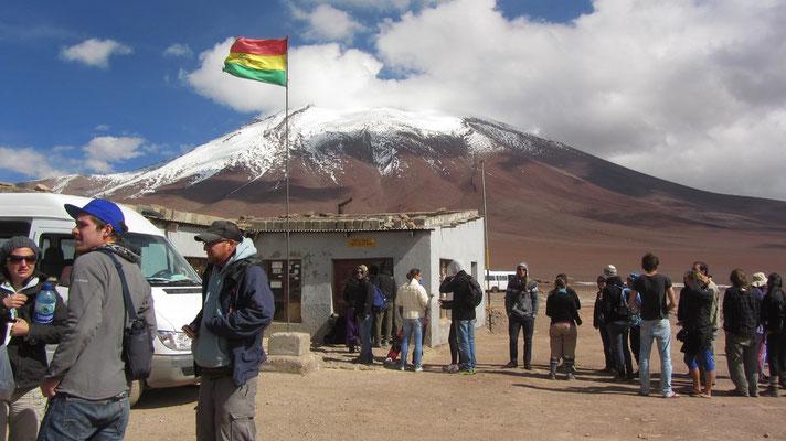 Wir müssen umsteigen. Drei von unserer Gruppe, uns inklusive, fahren weiter nach Chile.