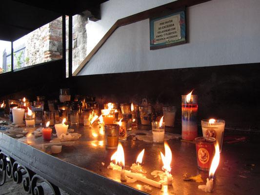Kerzen in der Kirche des Heiligen Franziskus.