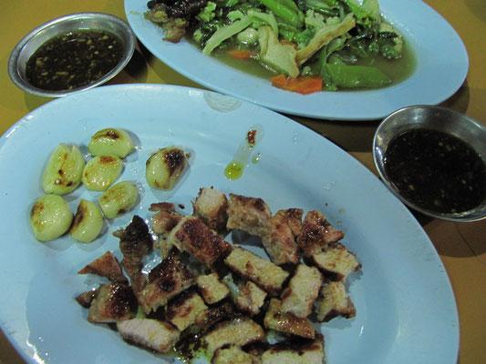 Gegrillte Würfel vom Schwein, Kartoffeln & gebratenes Gemüse.