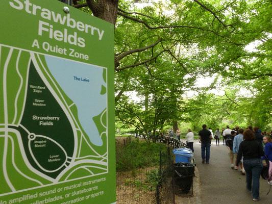 Nach John Lennons Tod gestaltete Yoko Ono einen kleinen Bereich im Central Park, der ihm gewidmet und nach seinem Lied Strawberry Fields Forever benannt ist.