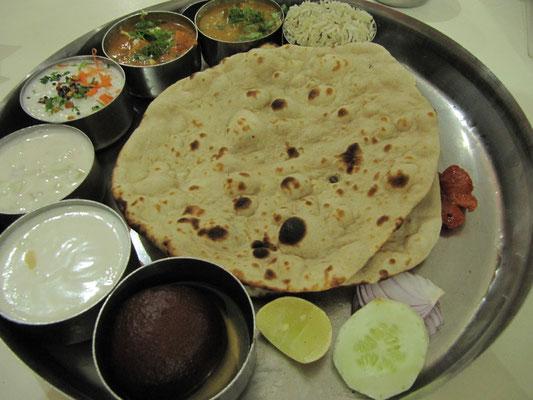 Thali in Bestform. Das beste Beispiel wie abwechslungsreich ein (vegetarisches) indisches Essen sein kann.