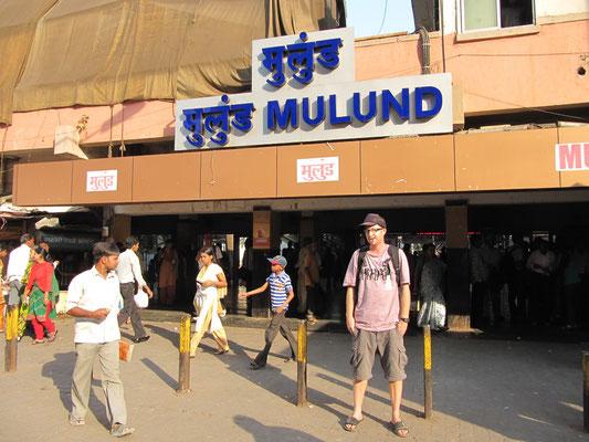 """""""Back in Mulund"""" vor dem Bahnhof."""