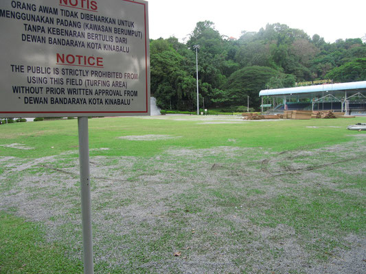Öffentlicher Platz (Padang) im Herzen der Stadt ohne Verwendung.