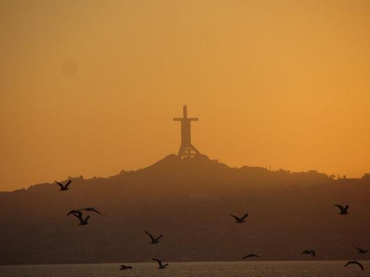 Blick vom Strand auf die Christusstatue in Coquimbo.