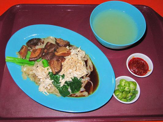 Nudeln mit Hühnchen, Shitake-Pilzen und Gemüse.