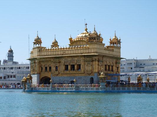Das Hari Mandir Sahib hat je ein Tor auf allen vier Seiten, was die Offenheit der Sikhs gegenüber allen Menschen und Religionen symbolisieren soll. Im Tempel selbst werden während der Tageszeit Verse aus dem Heiligen Buch rezitiert.