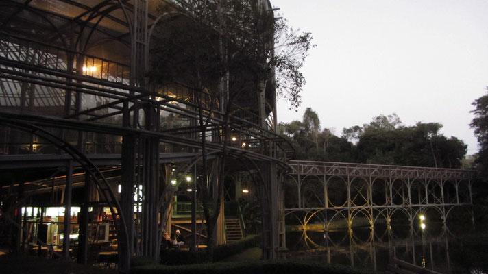 Aber beeindruckend ist die Konstruktion im Forest. (Opera de Arame)