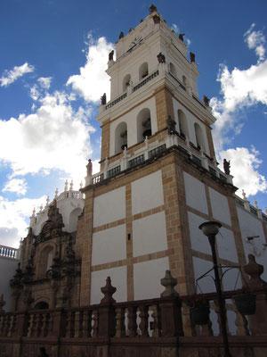 Die Kathedrale (1551-1633) beeindruckt durch ihre barocke Fassade, die zu den bedeutendsten des Landes gehört. Der Glockenturm ist mit Keramikfiguren geschmückt.