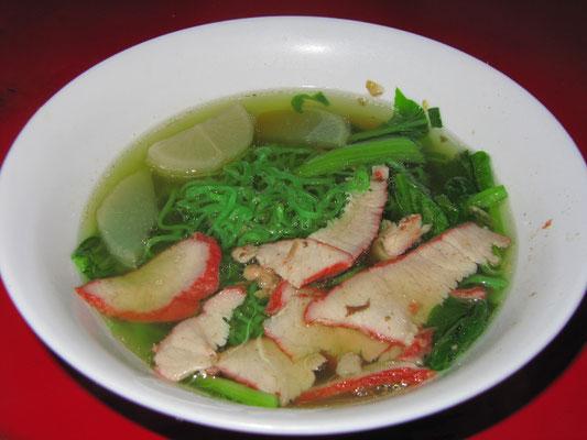 Grüne Nudelsuppe mit Rettich & zartem, mariniertem Schweinefleisch.