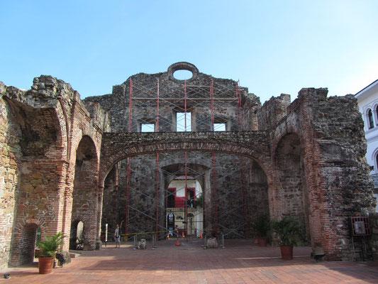 """Ruinas del Antiguo Convento de Santo Domingo. Der """"Flache Bogen"""" wurde gerne als Veranschaulichungsgegenstand benutzt, um die Stabilität des Bodens zu demonstrieren, welche für den Bau des Kanals entscheidend war.(Casco Antiguo)"""