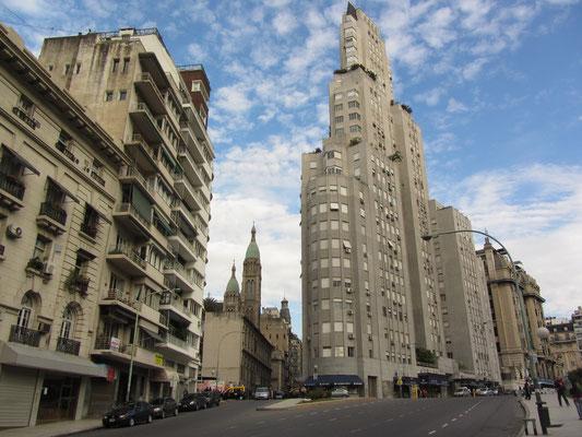 Das Kavanagh-Gebäude wurde von Corina Kavanagh in Auftrag gegeben, die in den Bau des Hochhauses ihr gesamtes Erbe investierte. Sie selbst lebte lange Zeit im 14. Stock in der größten Wohnung, die als einzige ein gesamtes Stockwerk einnimmt.