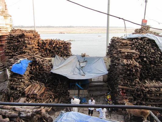 Holzstapel ,die darauf warten mit Leichen bedeckt verbrannt zu werden.