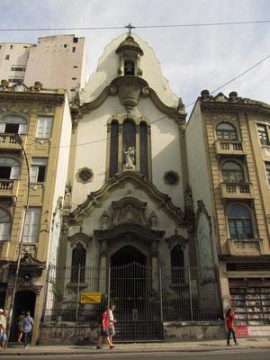 Es ist eng in der Innenstadt. Bauplatz ist teuer und ein direkter Anbau an eine Kirche verschwendet keinen Platz.