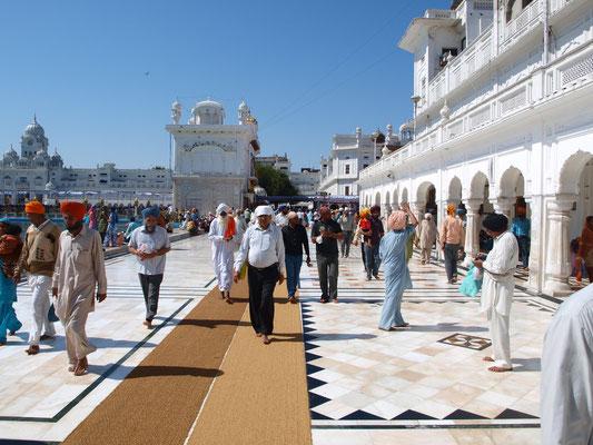 Trotz der großen Besucherzahlen ist die Anlage sehr sauber. Teppiche verhindern das Ausrutschen auf dem naßen Marmorboden. Denn nur barfuß (und mit Kopfbedeckung) darf das heilige Gelände betreten werden.