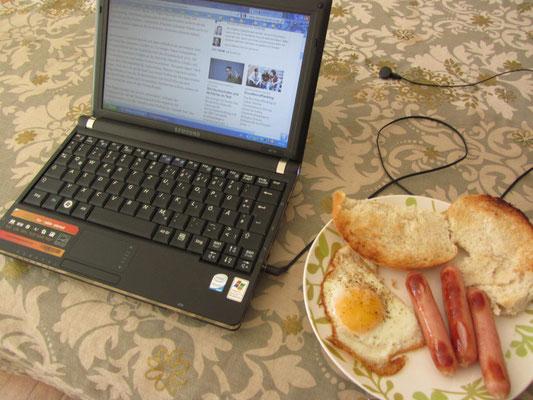 Frühstück mit Zeitung.