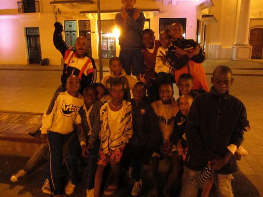 Straßenggang posiert nur für uns. Schnell weg! hieß es für uns nach dem Foto. Die Gang wurde plötzlich zu euphorisch.