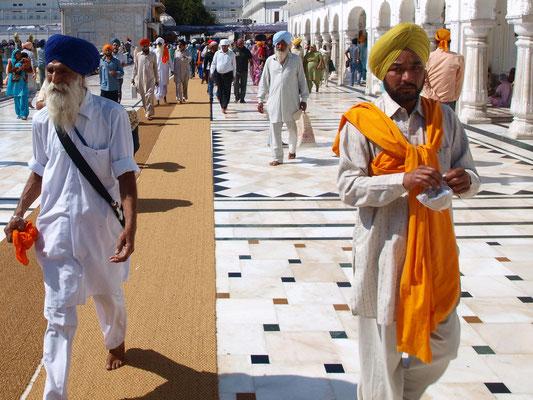 Sikhs in voller Montur, inklusive des Turbans, der die ungeschorenen Haare umhüllt, und dem umhängenden Dolch.