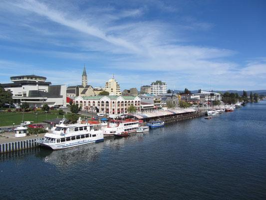 Blick auf den Hafen und den Feria Fluvia mit dem dahinterliegenden Mercado Municipal.