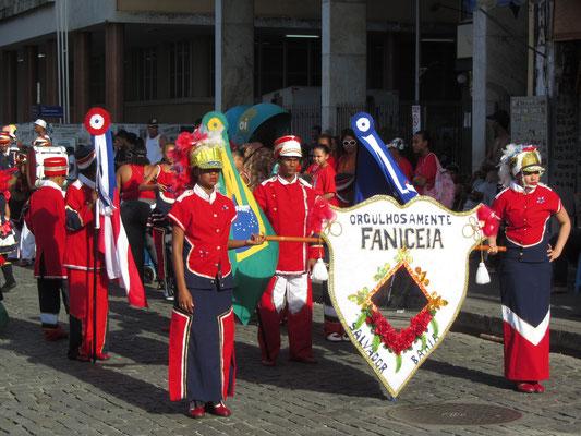 Zahlreiche Gruppen feiern die Unabhängigkeit.