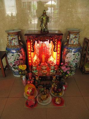 Dekoration des guesthouseeigenen Schreins zum chinesischen Neujahr.
