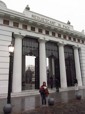Der Friedhof La Recoleta (Cementerio de la Recoleta) liegt im gleichnamigen Stadtteil Recoleta, einem der teuersten Wohn- und Geschäftsviertel der Hauptstadt.