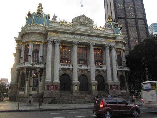 """Das Teatro Municipal (Stadttheater) ist das eindrucksvollste Gebäude am """"Praça Floriano"""", im Stadtteil """"Cinelândia"""" – dort sind die Oper und das Orchester der Stadt Rio de Janeiro beheimatet. Es wurde zwischen 1905 und 1909 errichtet."""