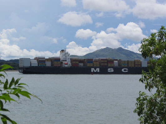 Blick vom Causeway auf einen in den Panamakanal einbiegenden Frachter.