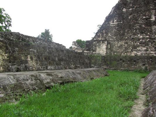 Ballspielplatz. Den Maya war das Ballspiel nicht nur Zeitvertreib, sondern diente auch religiösen Zwecken, wie der Huldigung der Götter. Manchmal wurde der Verlierer unmittelbar nach dem Spiel geopfert!