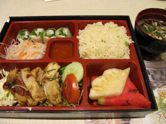 Vietnamesicher Fastfood. Hühnchen, Gemüse, Salat, Frühlingsrollen, Reis & Suppe.