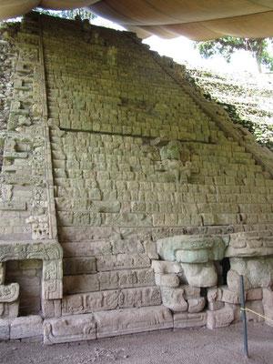 """Copans berühmtestes Monument. Die Hieroglyphentreppe, die an der Frontseite zu dem kleinen Heiligtum an der Spitze des Tempels führt, wurde von König """"18 Kaninchen"""" zw. 738 und 756 erbaut."""