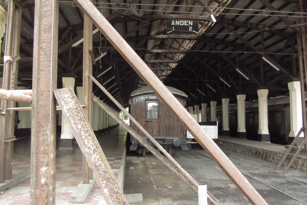 Die Strecke von Asuncion nach Encarnacion war die erste Bahnstrecke des Kontinents. In der Bahnhofshalle stehenvdie erste Lokomotive Paraguays sowie zwei Waggons.