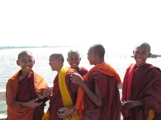 Mönchsnovizen auf der U-Bein-Brücke. (Amarapura)