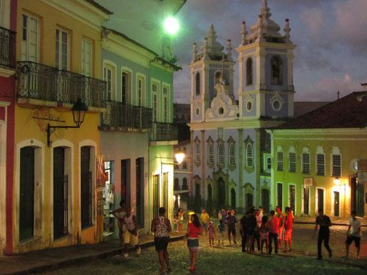 Auch am Abend sind die Straßen bunt. Yeah, wir sind in Salvador.