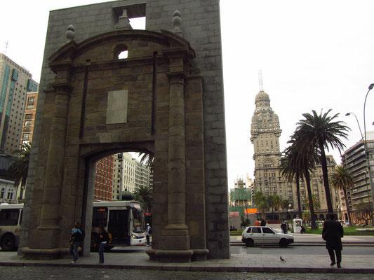 Die Puerta de la Ciudadela, das Tor zur Altstadt, der 'Ciudad Vieja'.