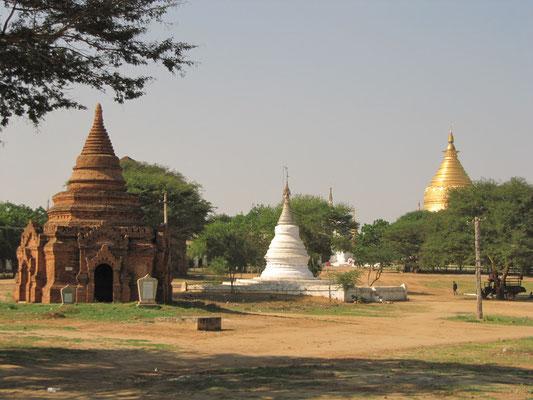 Alles einfach von der Straße aus fotografiert. Es ist kaum möglich eine Aufnahme zu machen auf der sich nicht irgendwo im Hintergrund eine Paya oder ein Tempel einschleicht.
